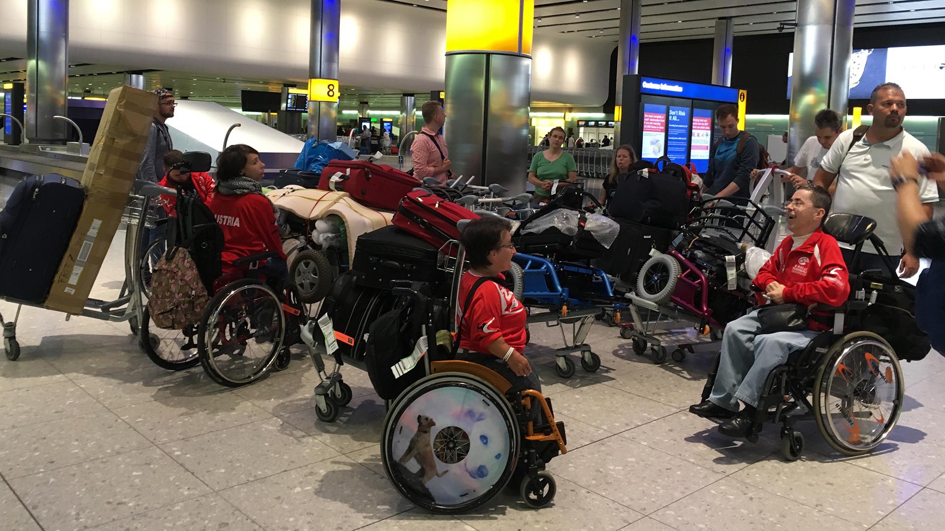 Unser Team mit viel Gepäck am Flughafen