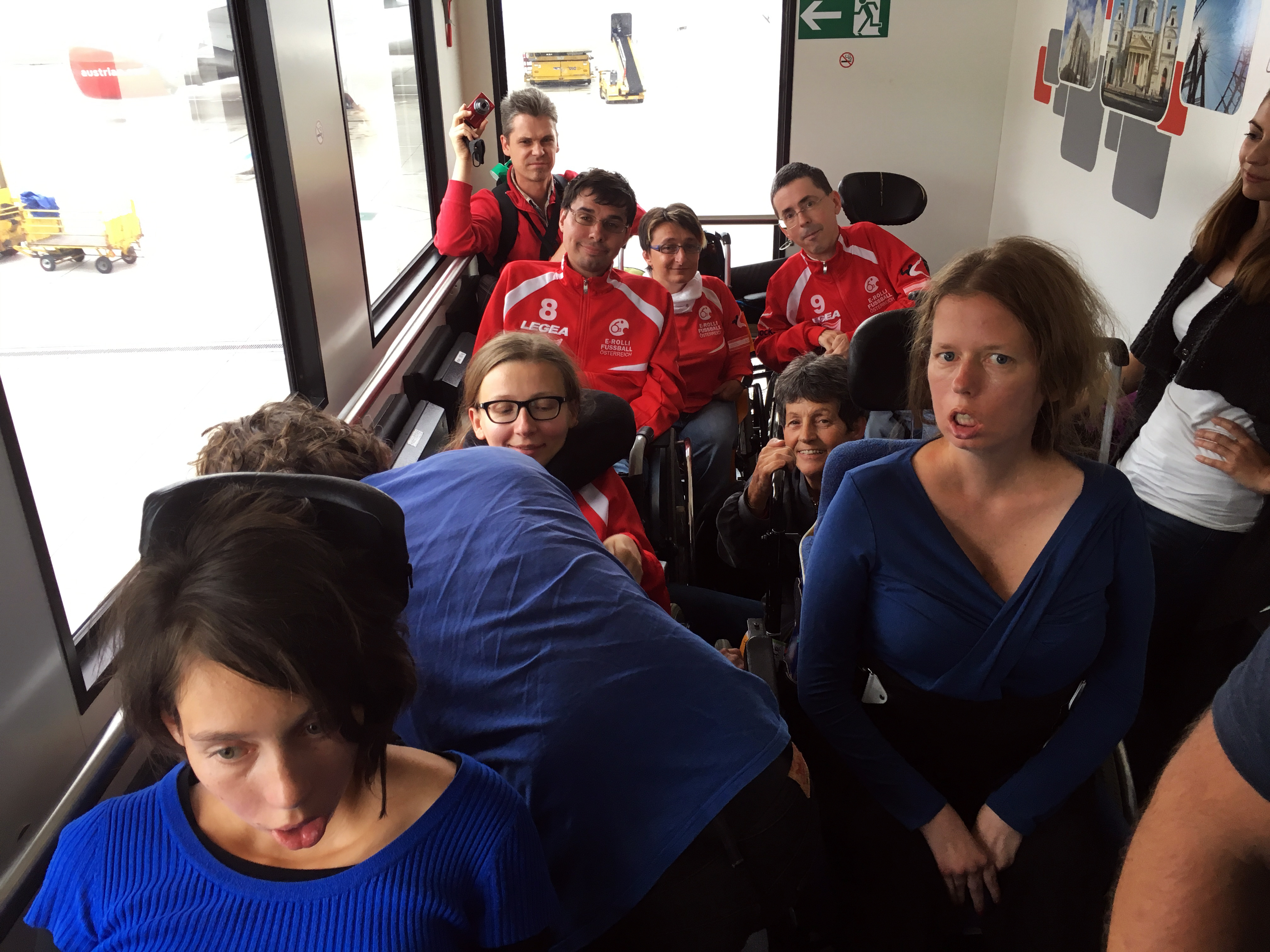 Teile unseres Teams im Rollstuhlbus vom Flughaben Wien Schwechat / Foto: Leo Vasile
